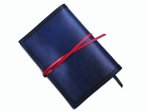 紺に赤い革紐が映えるA5カバー