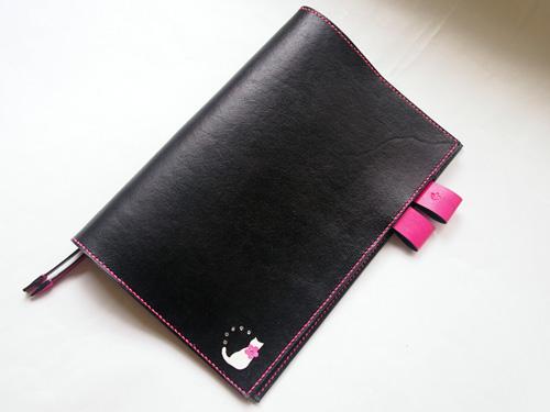 黒とピンクの猫モチーフ付きA5手帳カバー