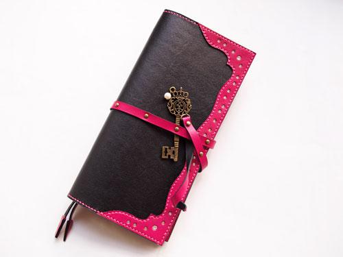 黒とピンクの手帳カバー