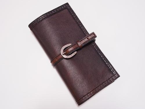 蹄鉄バックル付きベルトの手帳カバー